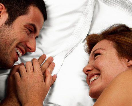 Her çiftin ihtiyacı olan 7 seks türü...  Değişik deneyimler yaşamak varken neden rutine takılıp kalasınız ki? Üstelik rutinden kaçmak için çok uçlarda gezinmenize de gerek yok!  Seks rutininizi değiştirerek ve farklı şeyler deneyerek, daha renkli ve tutkulu bir ilişkiye sahip olabilirsiniz. İlişkinizi düzeltmek için illa ki hayat tarzınızı, saç şeklinizi ya da kişiliğinizi değiştirmenize gerek yok, yataktaki tavrınızı değiştirmeniz yeterli…